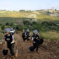 Edina ženska deminerska ekipa v Libanonu se odpravlja na delo.